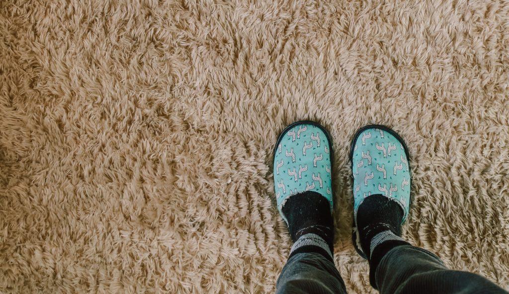 WeClean szőnyegtisztítás, tiszta szőnyegen áll papucsban