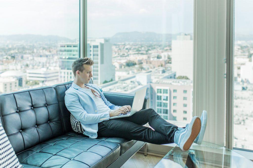 intelligencia, srác laptoppal a kanapén