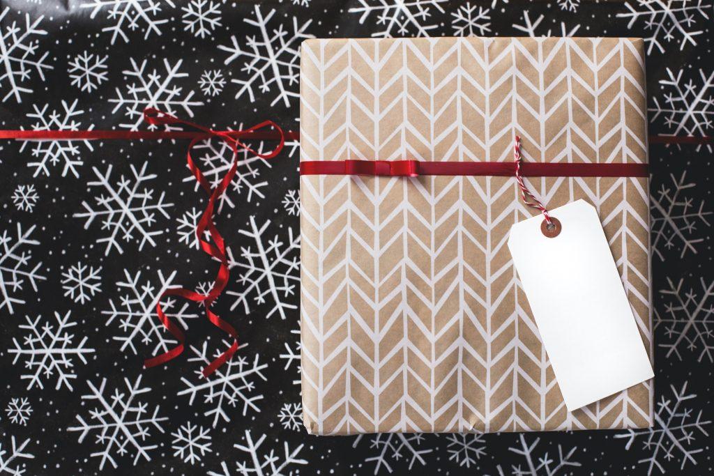 karácsonyi ajándék címkével