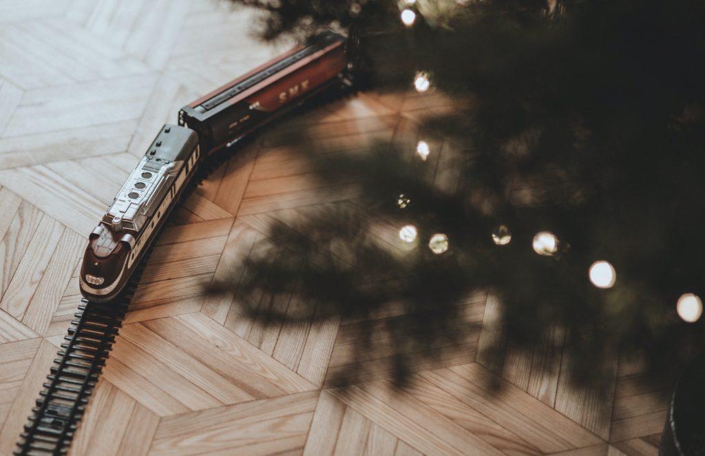 karácsonyfa széle, kisvonat és parketta